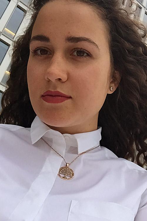 Daria aus Frankfurt Haarfarbe: braun (hell), Augenfarbe: braun, Größe: 170