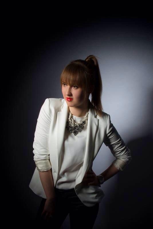 Yuliya aus Hannover Haarfarbe: rot (feurig), Augenfarbe: braun-gr�n, Gr��e: 174, Deutsch: Muttersprache, Englisch: Fliessend, Franz�sisch: leichte Konversation, Spanisch: nein