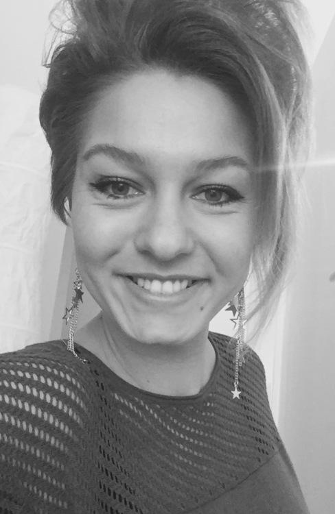 Flavia aus Berlin Haarfarbe: blond (mittel), Augenfarbe: gr�n, Gr��e: 166, Deutsch: Muttersprache, Englisch: Fliessend, Franz�sisch: nein, Spanisch: nein