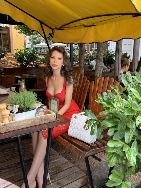 Hostess Leana aus Frankfurt, Nationalität deutsch/russisch, Haarfarbe braun (mittel)