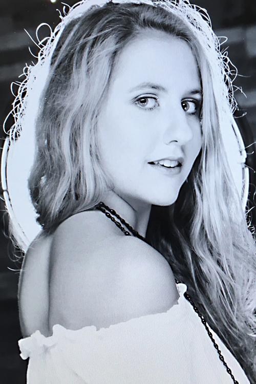 Alina  aus Stuttgart Haarfarbe: blond (mittel), Augenfarbe: blau-grün, Größe: 168, Deutsch: Muttersprache, Englisch: Fliessend, Französisch: leichte Konversation, Spanisch: Fortgeschritten