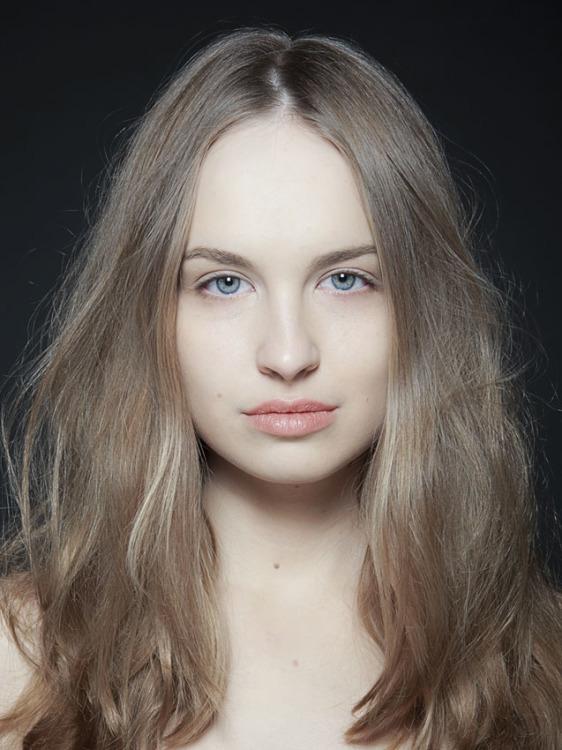 Anna aus Hamburg Haarfarbe: blond (mittel), Augenfarbe: grün-grau, Größe: 174, Deutsch: Muttersprache, Englisch: Fliessend, Französisch: leichte Konversation, Spanisch: leichte Konversation