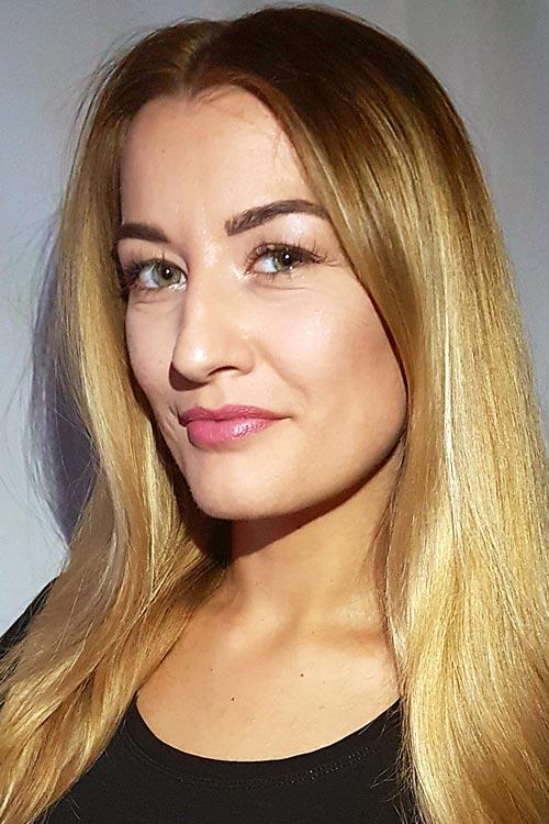 Kenana aus Frankfurt Haarfarbe: blond (mittel), Augenfarbe: blau-grün, Größe: 169, Deutsch: Muttersprache, Englisch: Fliessend, Französisch: , Spanisch: