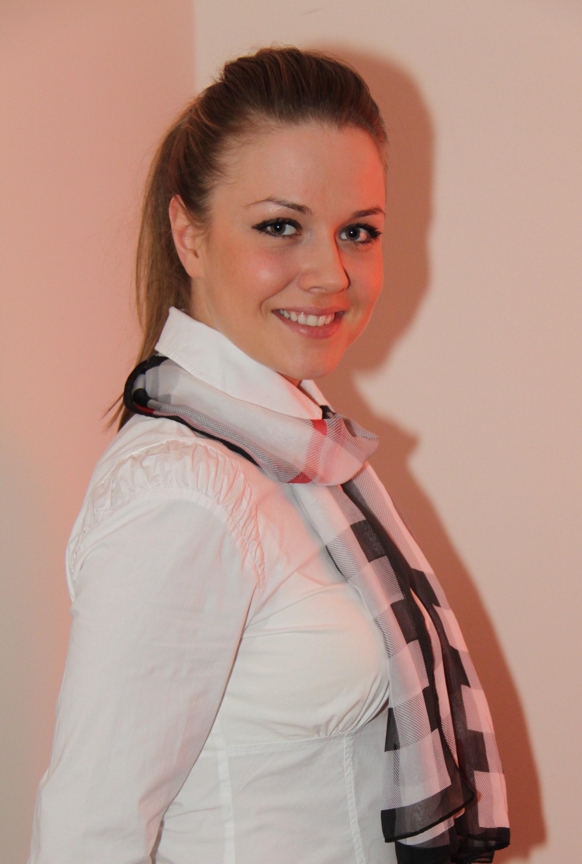 Kristina aus Hannover  Haarfarbe: blond (hell), Augenfarbe: braun-gr�n, Gr��e: 168, Deutsch: 0, Englisch: , Franz�sisch: , Spanisch: