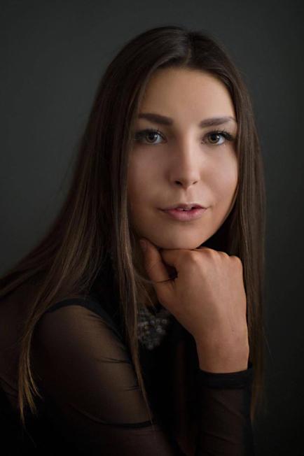 Model Sarah aus Bergheim Haarfarbe: braun (dunkel)