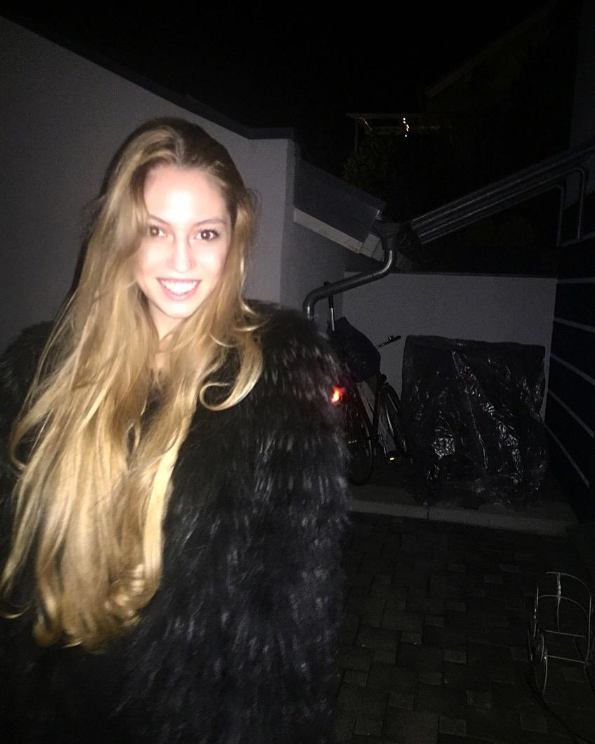 Sophia aus Neuss Haarfarbe: blond (mittel), Augenfarbe: braun, Gr��e: 183, Deutsch: 0, Englisch: , Franz�sisch: , Spanisch: