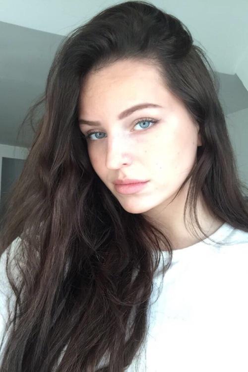 Model Rebecca  aus Erftstadt Haarfarbe: braun (mittel)