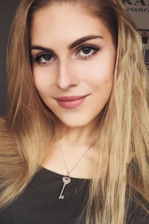Alana aus Düsseldorf Haarfarbe: blond (dunkel), Augenfarbe: braun, Größe: 163, Deutsch: 0, Englisch: , Französisch: , Spanisch: