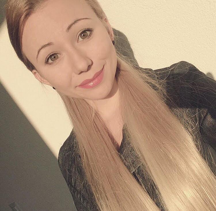 Model Aleksandra aus Düsseldorf Haarfarbe: blond (mittel)