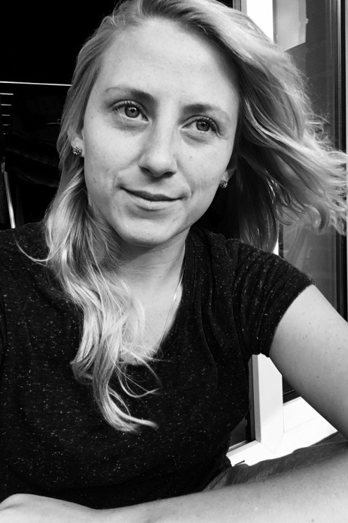 hostess Dominique, Studium: Germanistik