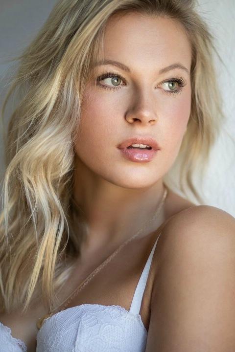 Model Antonia aus München Haarfarbe: blond (hell)
