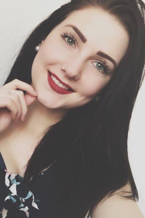 Sarah aus Leipzig Haarfarbe: braun (dunkel), Augenfarbe: blau-grün, Größe: 168, Deutsch: 0, Englisch: , Französisch: , Spanisch: