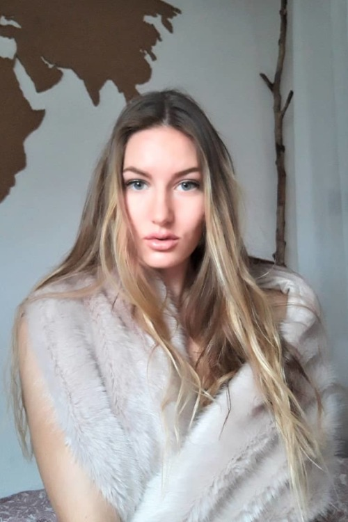 Anne aus Althengstett Haarfarbe: blond (dunkel), Augenfarbe: blau-gr�n, Gr��e: 176, Deutsch: 0, Englisch: , Franz�sisch: , Spanisch: