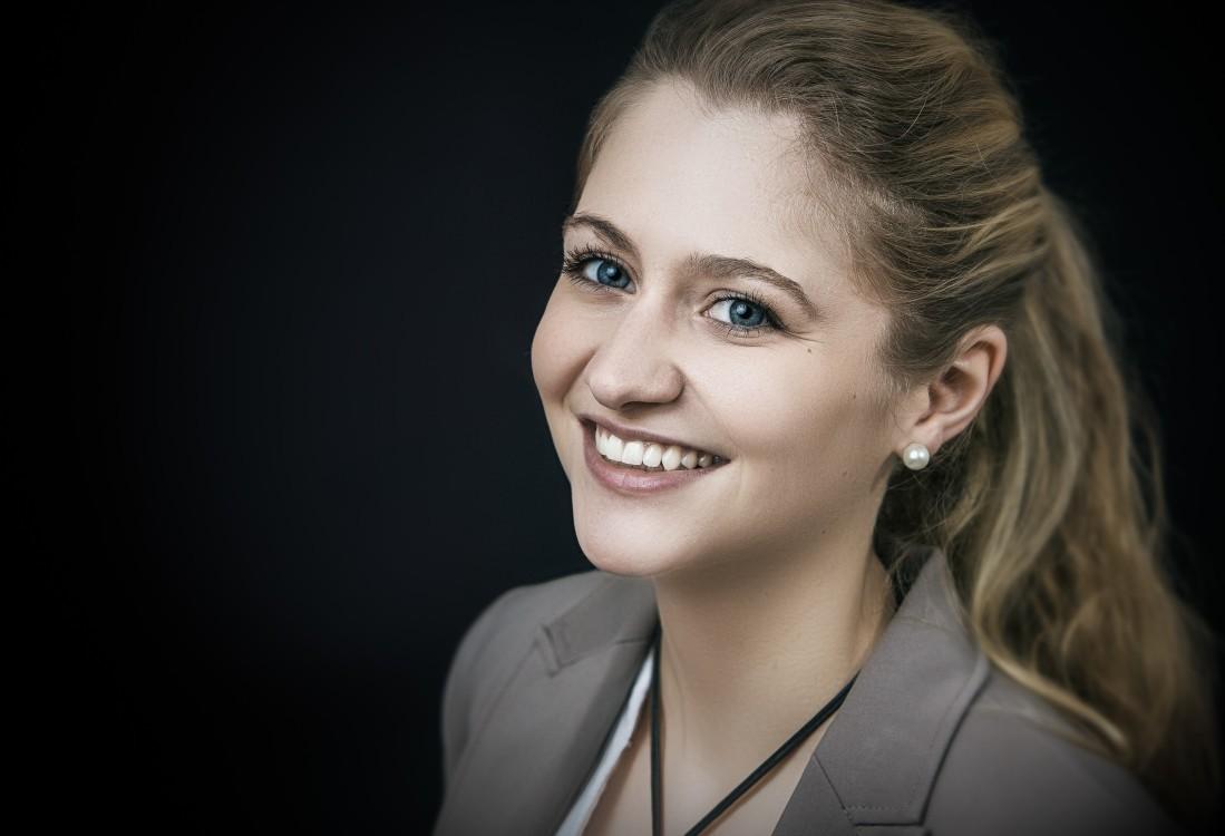 Claudia aus München Haarfarbe: blond (mittel), Augenfarbe: blau-grau, Größe: 164, Deutsch: 0, Englisch: , Französisch: , Spanisch: