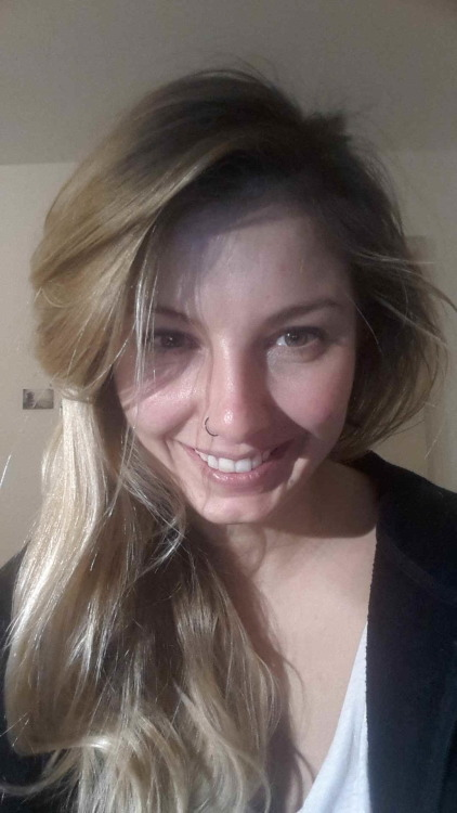 Vanessa aus Freiburg Haarfarbe: blond (mittel), Augenfarbe: braun, Größe: 170, Deutsch: 0, Englisch: , Französisch: , Spanisch: