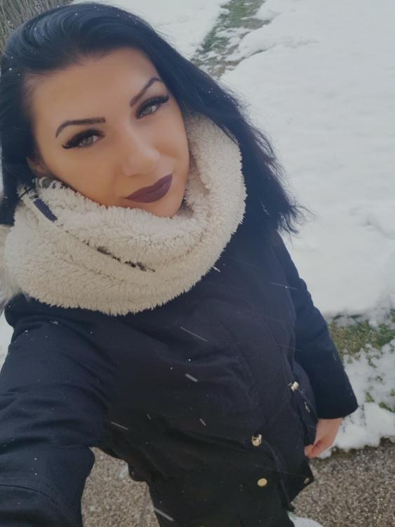 Hostess Sanela aus Hallein, Nationalität Bosnien, Haarfarbe schwarz