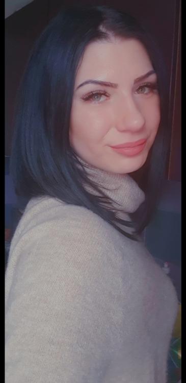 Sanela aus Hallein Haarfarbe: schwarz, Augenfarbe: grün, Größe: 178, Deutsch: 0, Englisch: , Französisch: , Spanisch: