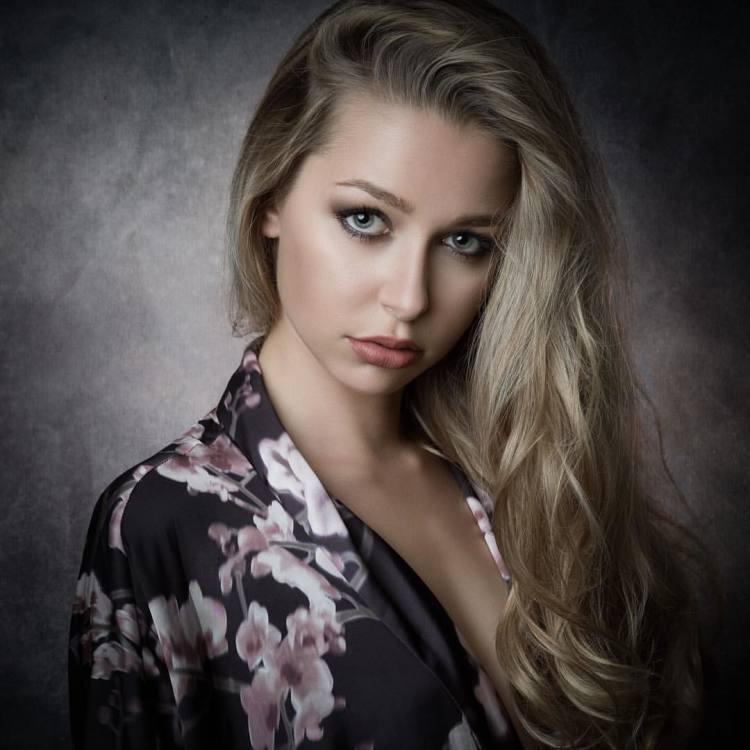 Theresa aus Wien  Haarfarbe: blond (mittel), Augenfarbe: grün, Größe: 174, Deutsch: 0, Englisch: , Französisch: , Spanisch: