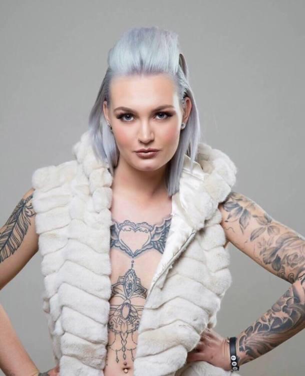 Model Marije aus Beringen Schweiz Haarfarbe: blond (hell)