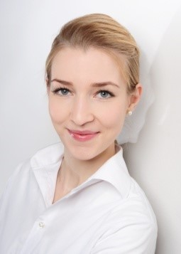 Constanze aus Hamburg Haarfarbe: blond (mittel), Augenfarbe: blau, Größe: 172, Deutsch: 0, Englisch: , Französisch: , Spanisch: