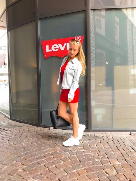 Hostess Simone aus Frankfurt, Konfektion 32, Studium Angestrebtes Marketingatudium