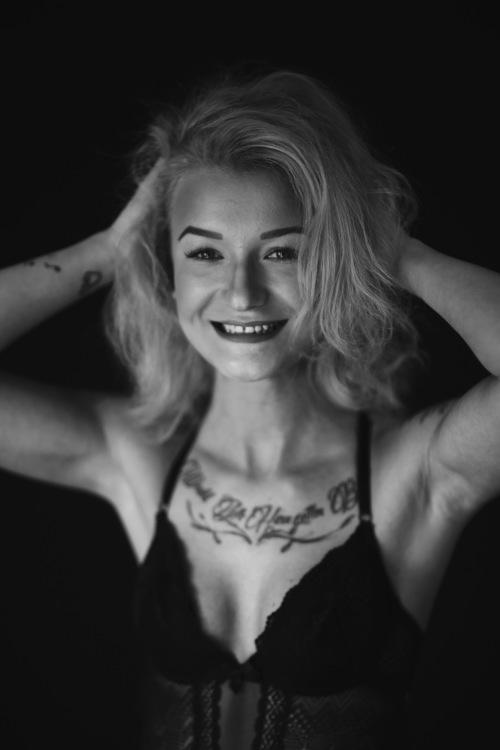 Jaqueline aus Düsseldorf  Haarfarbe: blond (dunkel), Augenfarbe: grün-grau, Größe: 166, Deutsch: 0, Englisch: , Französisch: , Spanisch: