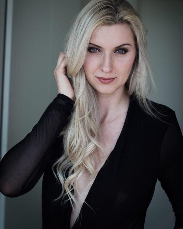 Melinda aus Langerwehe Haarfarbe: blond (hell), Augenfarbe: blau-grün, Größe: 169, Deutsch: 0, Englisch: , Französisch: , Spanisch: