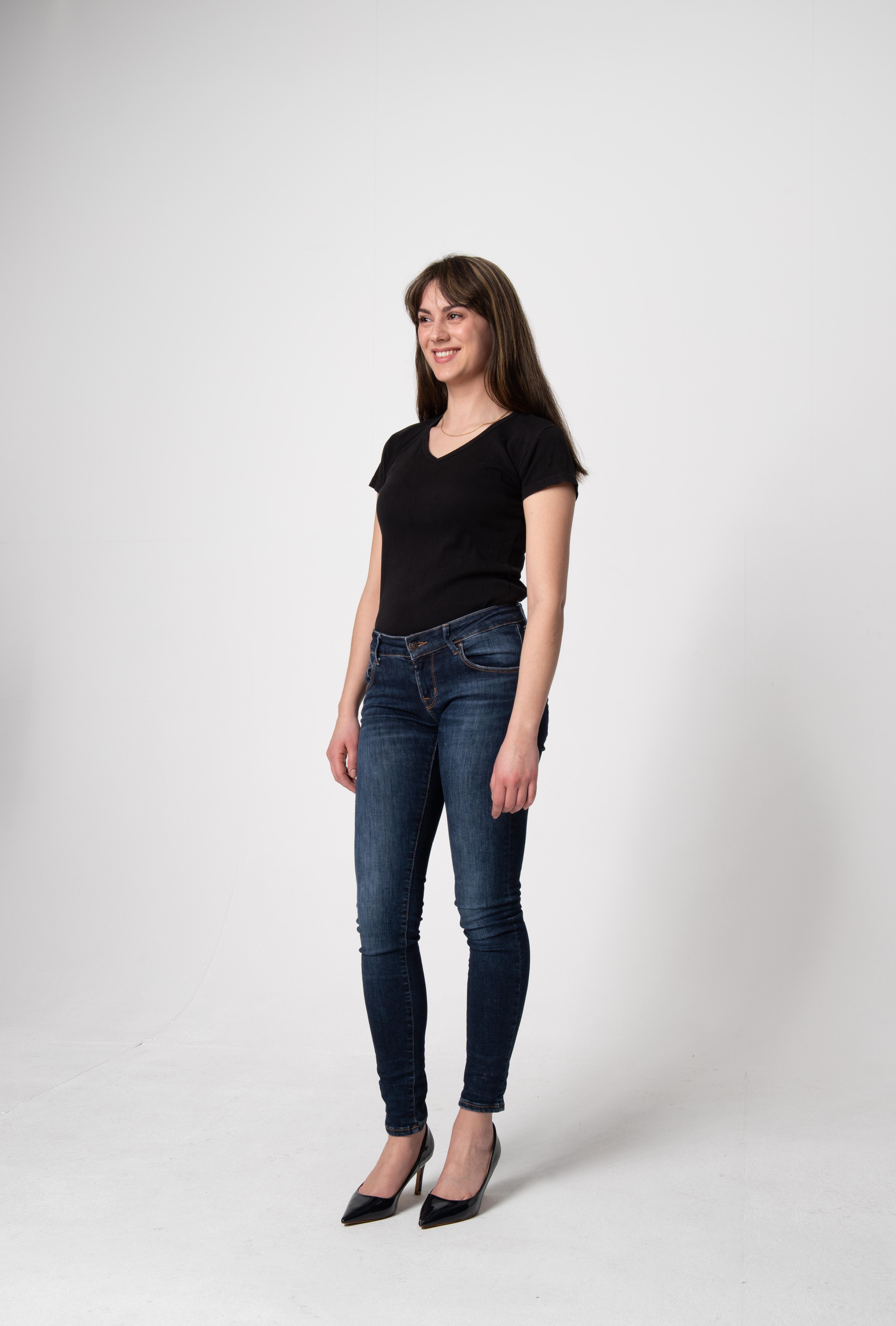 Hostess Cinzia aus Groß-Gerau, Konfektion 36, Studium Französisch, Italienisch, Deutsch (M.Ed.)