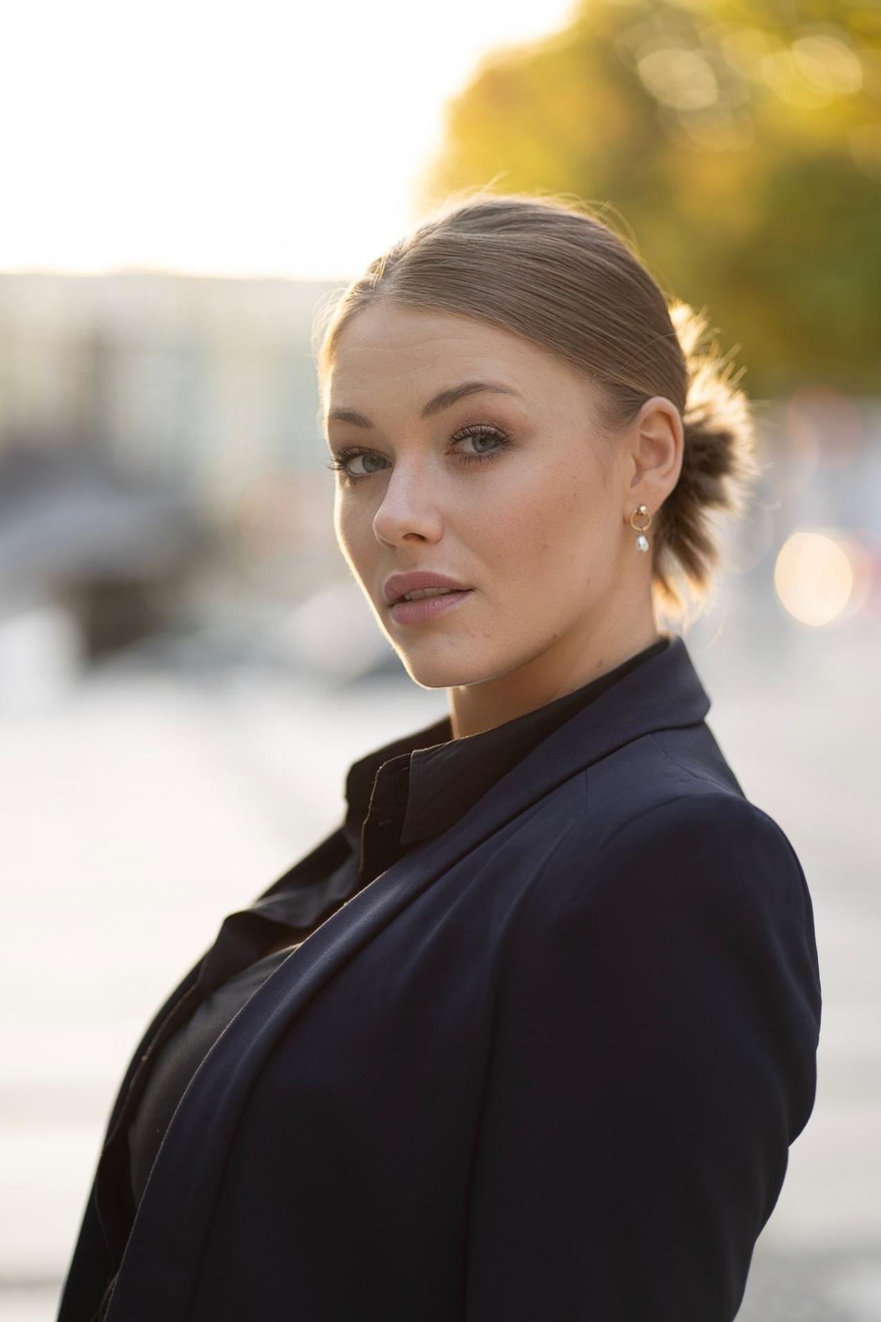 Josefin  aus Ludwigsburg  Haarfarbe: blond (mittel), Augenfarbe: blau, Größe: 175, Deutsch: 0, Englisch: , Französisch: , Spanisch: