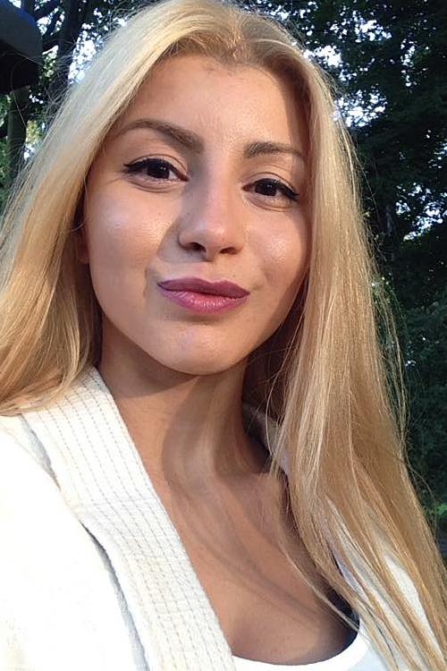 Model Mouna aus Essen Haarfarbe: braun (mittel)
