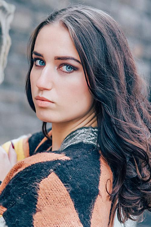 Loretta aus Koblenz Haarfarbe: braun (mittel), Augenfarbe: blau, Größe: 170
