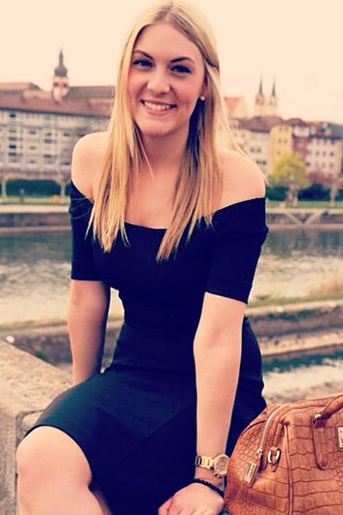 Model Anja aus Erlangen  Haarfarbe: blond (mittel)