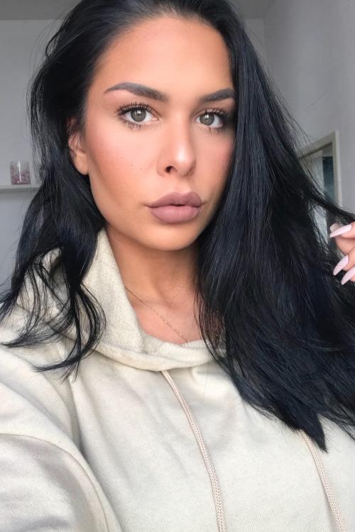 Model Nadine aus Köln Haarfarbe: schwarz