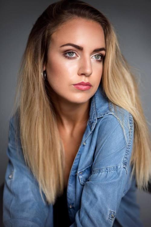 Hostess Theresa aus Mönchengladbach, Nationalität deutsch, Haarfarbe blond (dunkel)