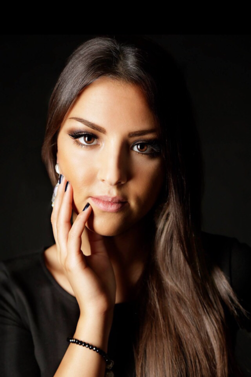 Model Jasmine aus Bochum  Haarfarbe: braun (dunkel)