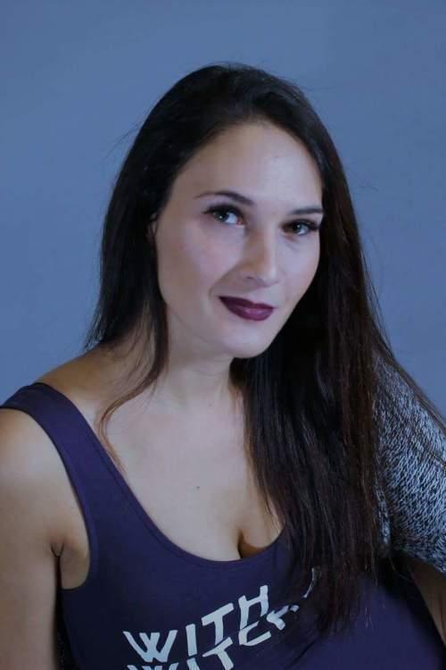 Model Karina  aus Neuss Haarfarbe: braun (dunkel)