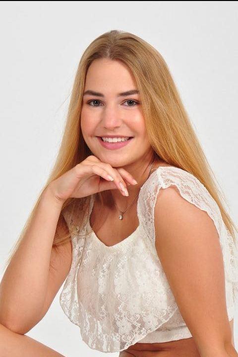 Model Agnes aus Bergisch Gladbach Haarfarbe: braun (hell)