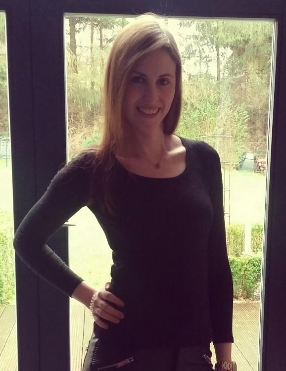 Hostess Julia aus Aachen, Konfektion 34, Studium Rechtswissenschaften