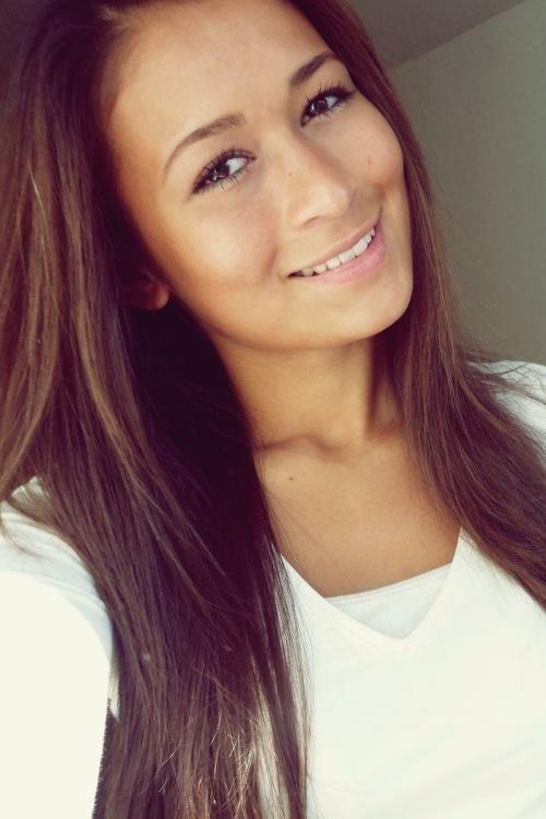 Model Jeera aus Bochum Haarfarbe: braun (dunkel)