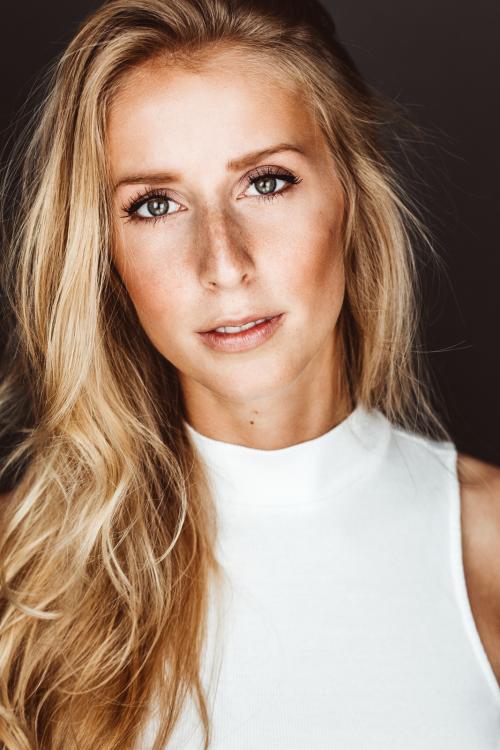 Model Theresa aus Frankfurt Haarfarbe: blond (mittel)