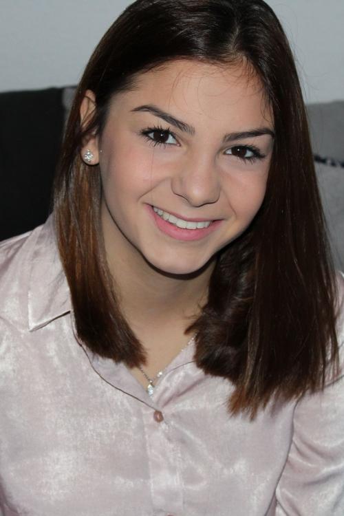 Model Yeliz aus Dortmund Haarfarbe: braun (dunkel)
