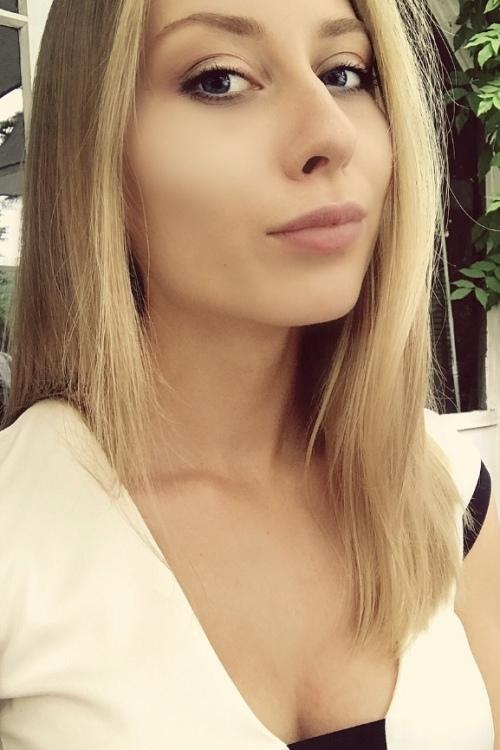 Lisa aus Düsseldorf  Haarfarbe: blond (mittel), Augenfarbe: blau-grau, Größe: 165, Deutsch: 0, Englisch: , Französisch: , Spanisch: