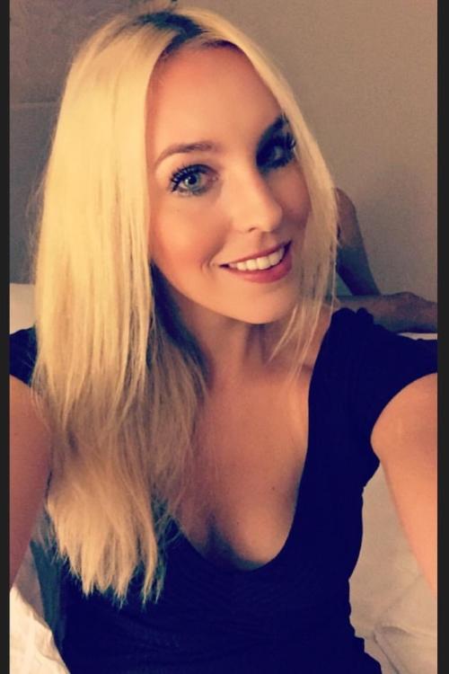 Julia aus Frankfurt Haarfarbe: blond (hell), Augenfarbe: blau, Größe: 170, Deutsch: 0, Englisch: , Französisch: , Spanisch: