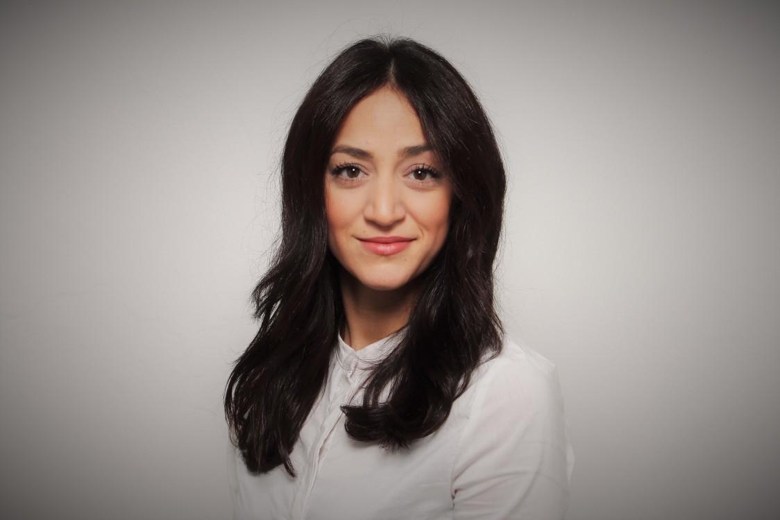 Taraneh aus Düsseldorf Haarfarbe: braun (dunkel), Augenfarbe: braun, Größe: 162, Deutsch: 0, Englisch: , Französisch: , Spanisch: