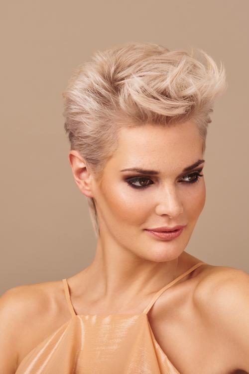 Veronika aus Bochum Haarfarbe: blond (hell), Augenfarbe: braun-grün, Größe: 176