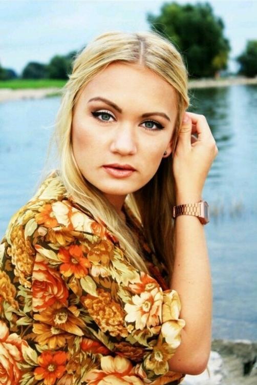 Model Nicole aus Düsseldorf Haarfarbe: blond (mittel)