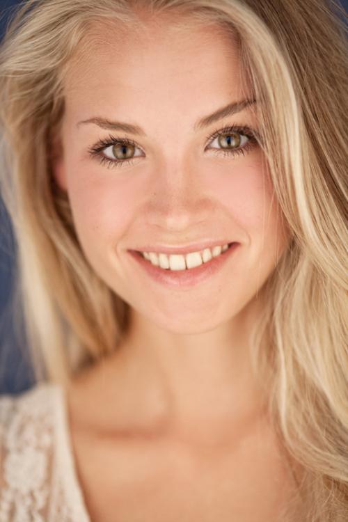 Chiara aus Berlin  Haarfarbe: blond (mittel), Augenfarbe: braun-grün, Größe: 170